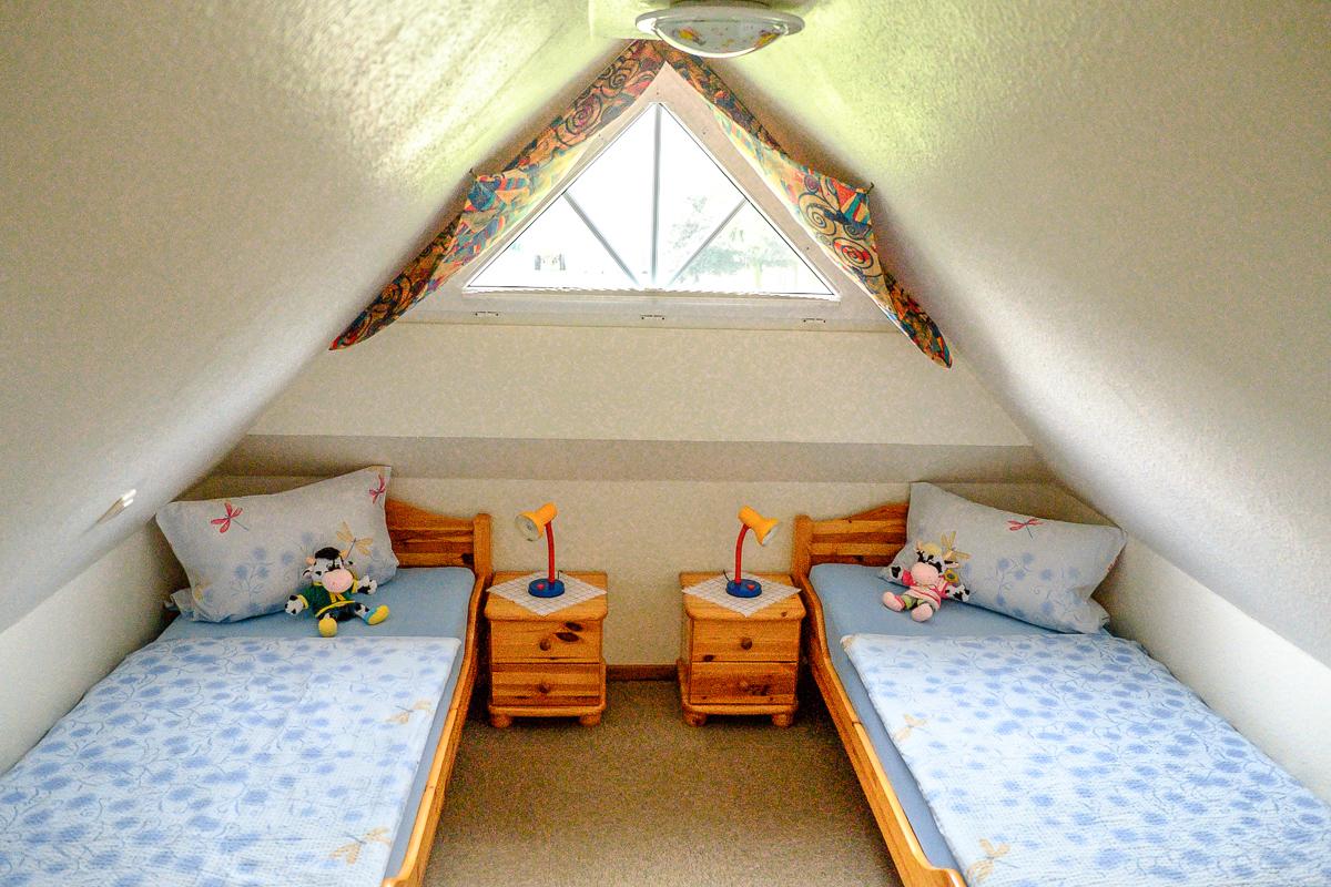gemütliches Kinderzimmer mit zwei Einzelbetten